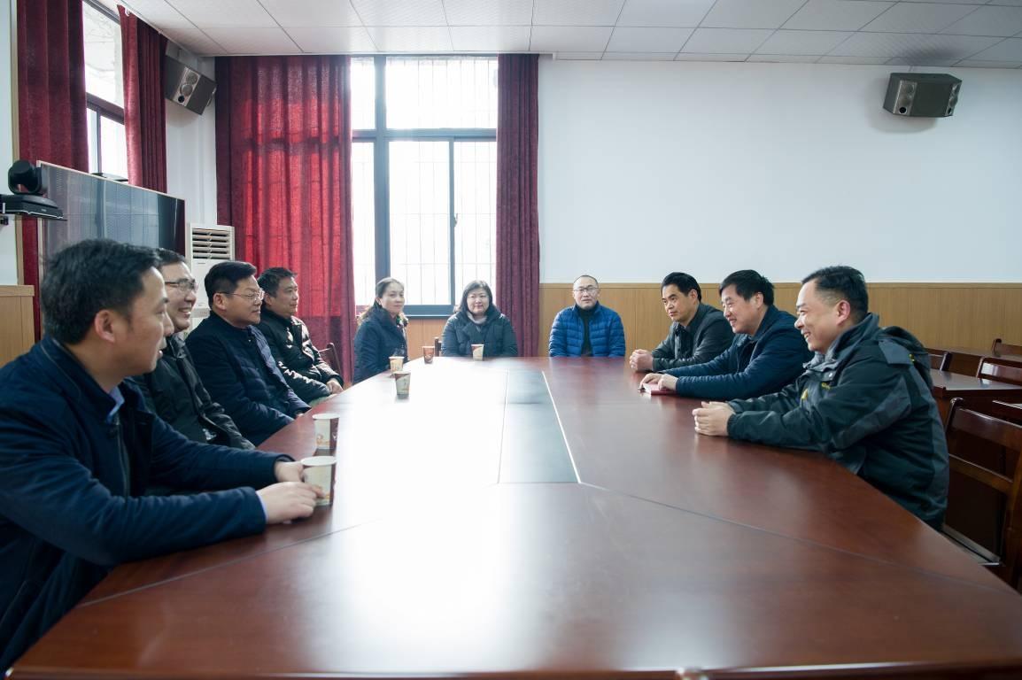 局领导带队看望慰问一元街及坤厚社区干部职工和困难群众